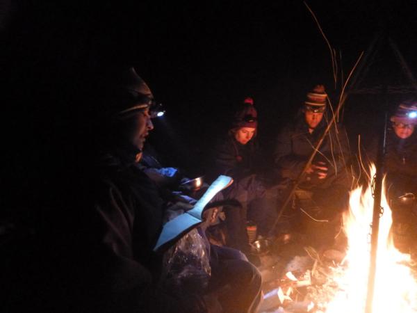 Čtení citátů v zimním táboře na kurzu pro dospělé 30+ , foto: Voyageur Outward Bound School
