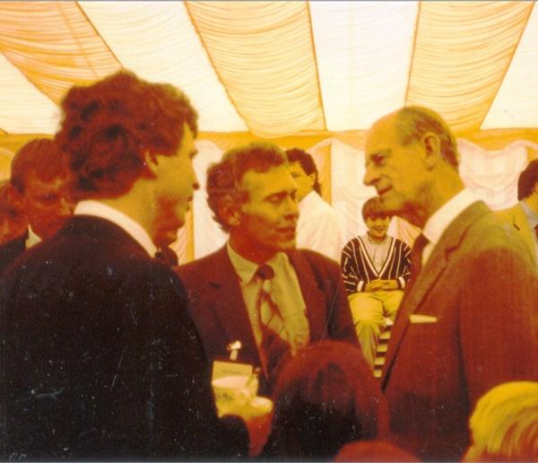 Princ Phiip s tehdejším předsedou Prázdninové školy Lipnice (Outward Bound CZ) Otou Holcem a Janem Neumanem v Aberdovey na kongresu k 50. výročí založení Outward Bound, 26. červen 1991